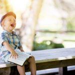 Učenje angleščine za otroke z gibanjem. Kako lahko učinkovito pomagamo otroku, da nadomesti dolgočasno sedenje z gibanjem pri učenju.